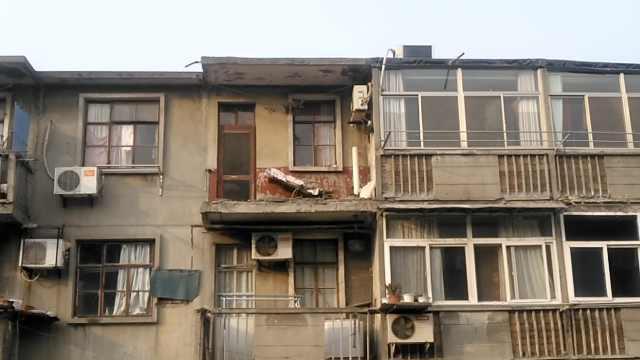 阳台护栏断裂,男子疑收被褥时坠楼