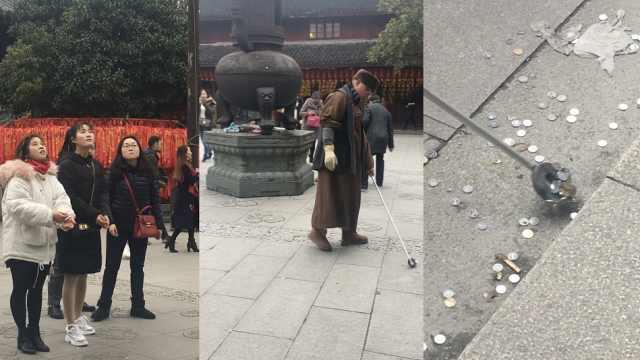 游客扔钱祈福,寺庙自制捡钱神器