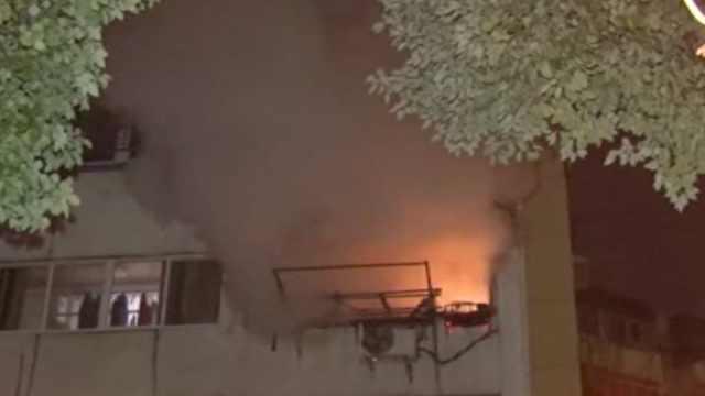 凌晨居民楼起火,消防迅速处理