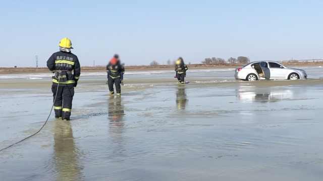 1家5口开车冰面被困,消防轮流背出