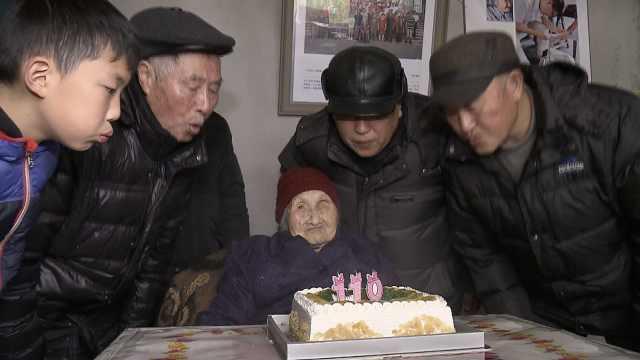 110岁老太庆生5代同堂,大口吃奶油