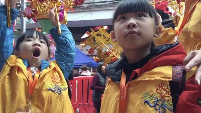6岁双胞胎姐妹随母义卖,熟练推销