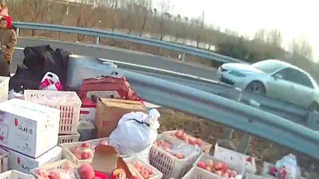 货车高速上发生侧翻,苹果洒满地
