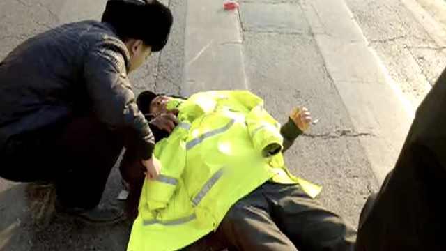 暖!老人被撞昏迷,民警脱衣为其保暖