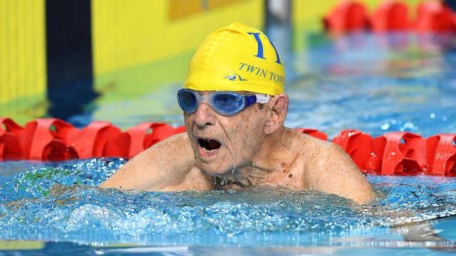 99岁爷爷打破50米自由泳世界纪录!