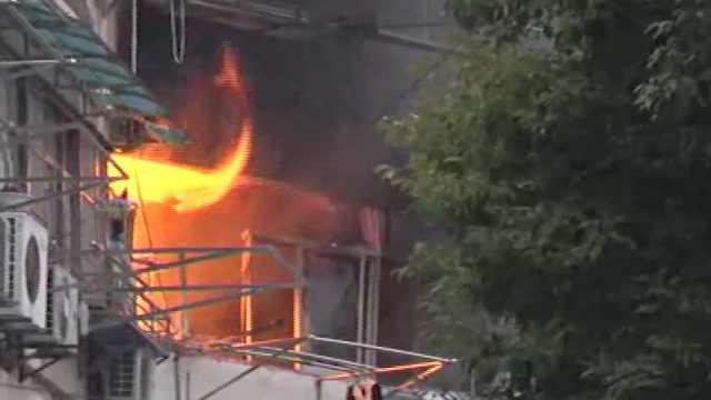居民楼冒烟起火,消防破门灭火