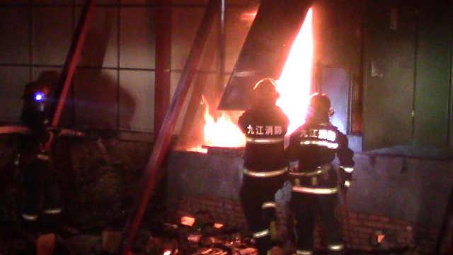 电表箱突发大火,消防官兵紧急处置