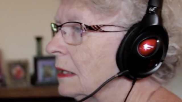 """高龄""""网瘾""""奶奶:游戏里的都喜欢"""
