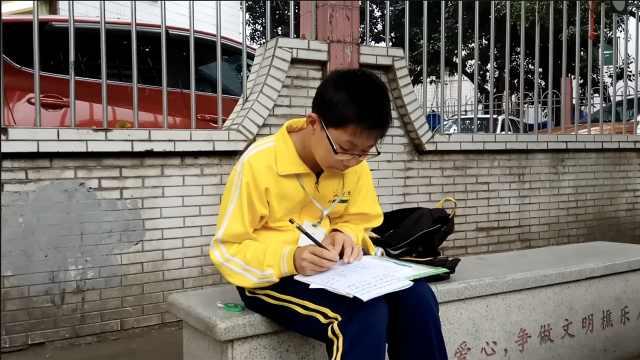 等老师家访,小学生争分夺秒写作业