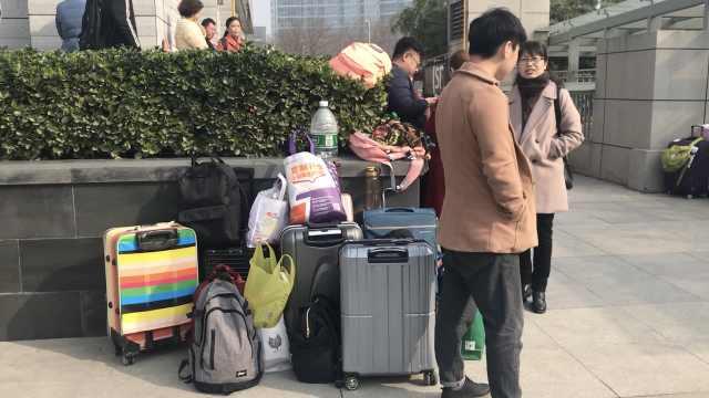 老师带队艺考,考场外为学生守行李