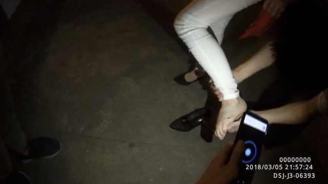 情侣吵架摔坏手机,她扔锅给