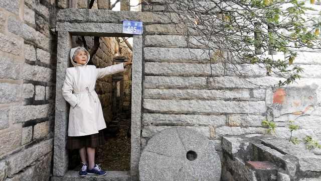 7旬奶奶独自旅行,与年轻人拼车拼房