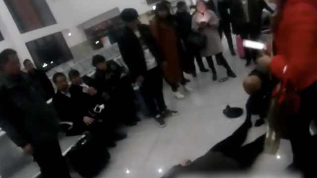 旅客突发晕倒,车站上演暖心一幕