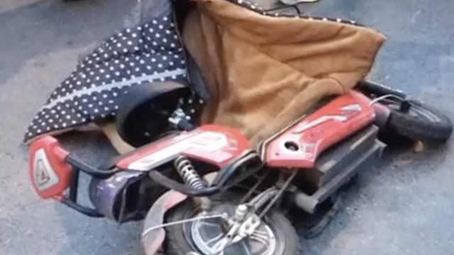 车流中,男童从母亲电动车后座掉落