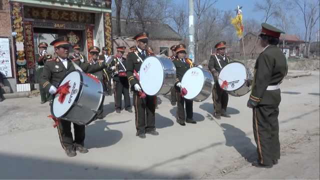 老农花2万买乐器组乐队,还唱网红歌
