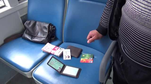 只顾玩手机,他把万元现金落公交上