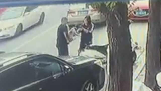 男女被指当街偷狗,抱狗拍照后带走