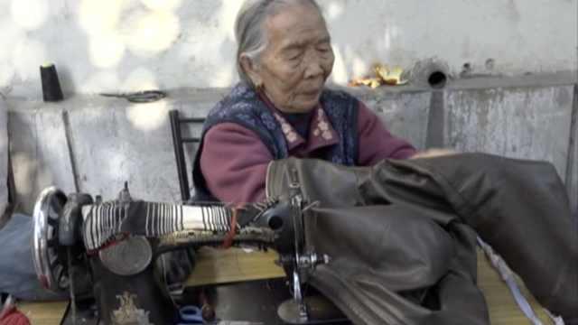 老太补衣65年坚持独居:怕孙儿辛苦