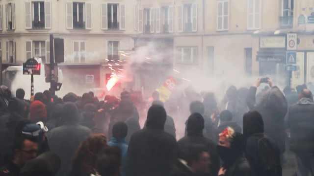 法国大罢工冲突激烈,青年蒙面打砸