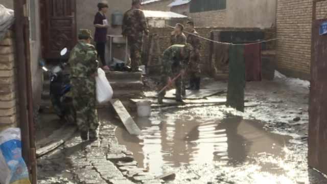 新疆暴雨引发山洪,居民家积满泥浆