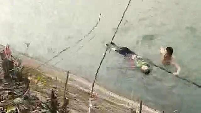 72岁老奶奶掉河里辅警狂奔跳河救起