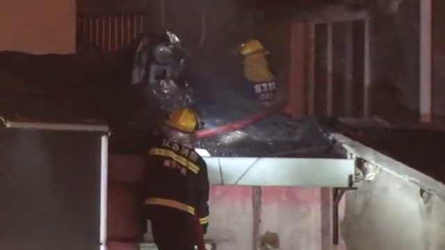 饭店厨房起火,食客匆忙逃生