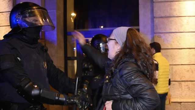 巴塞罗那骚乱,抗议者质问推揉警察