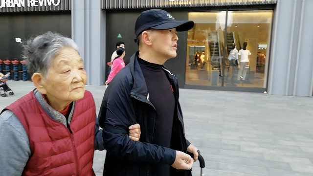 6旬儿子陪88岁母亲散步:二哥更孝顺