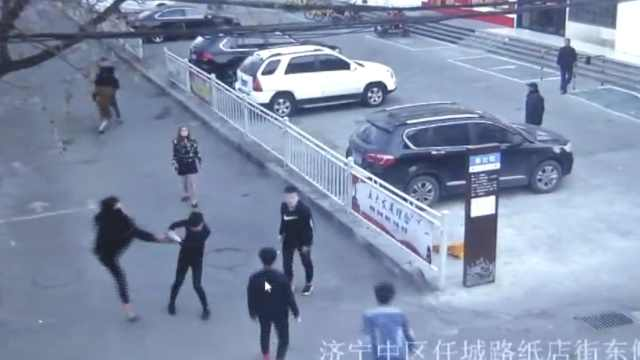 两伙人因2女子起冲突,清晨街头互殴