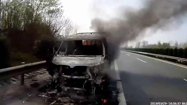 货车高速自燃 ,导致三车被烧毁