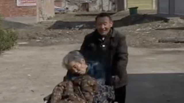 他照顾瘫痪老伴19年,天天给她唱歌