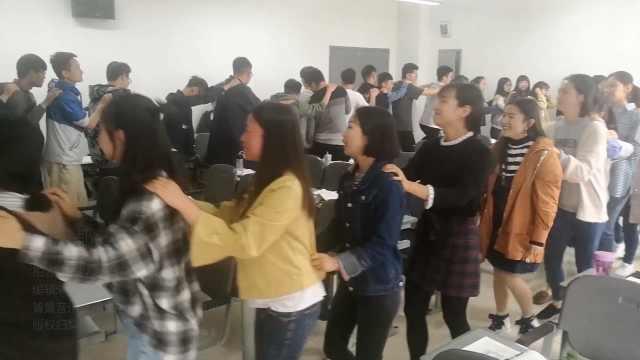 为活跃气氛,学生课堂上集体跳舞