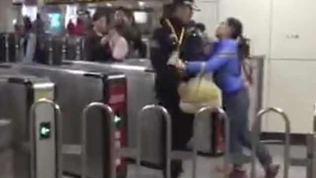 女子疑进地铁站拒安检,掌掴安检员