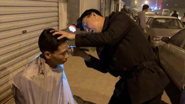大叔夜晚戴头灯为民工理发,5元1次