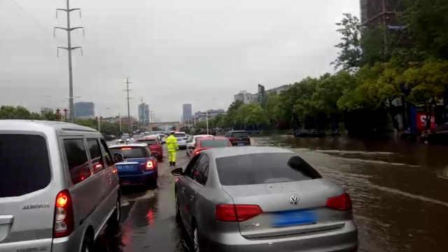 暴雨突袭南昌,交警水中指挥保畅通