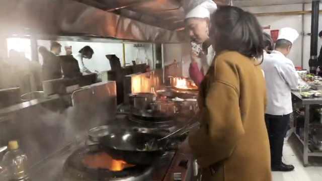 女大学生进食堂拼厨艺:5岁开始做菜