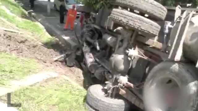 货车冲下10米高堡坎,司机毫发无损