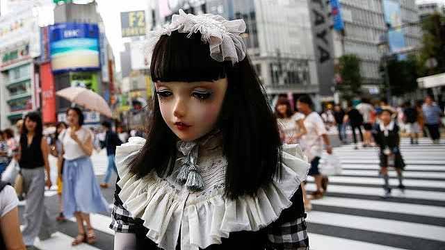 惊呆!日本街头惊现行走的洋娃娃