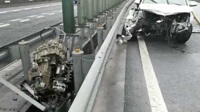 女司机驾车失控撞护栏,甩出发动机
