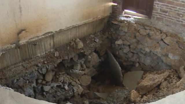 这房怎么了?塌陷倾斜,还有3米大坑