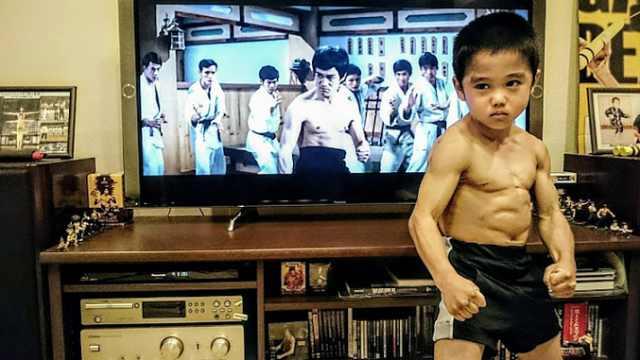 日本8岁男孩神模仿李小龙,火遍全球