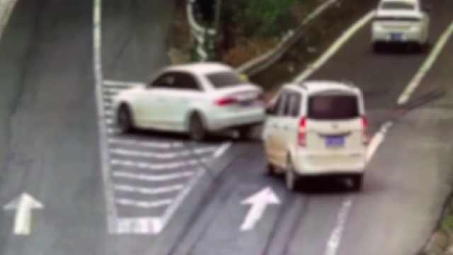 高速走错路,两辆车竟然一起倒车