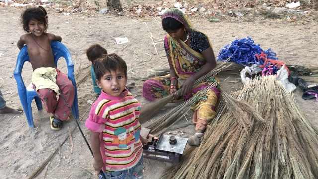 她靠做扫帚养活6个娃,住路边棚子