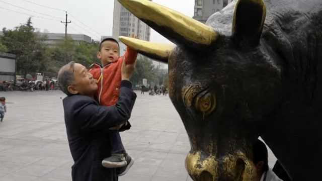 市民为求好运,把铜牛屁股摸得锃亮