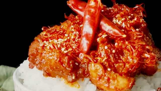 日式美食:美味的香辣鸡肉盖饭
