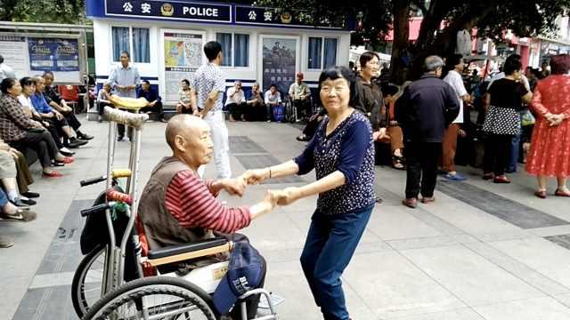 大爷摔倒致半身不遂,坐轮椅上跳舞