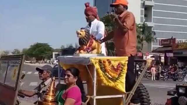 印度庆祝时母节,百余花车摆长龙!