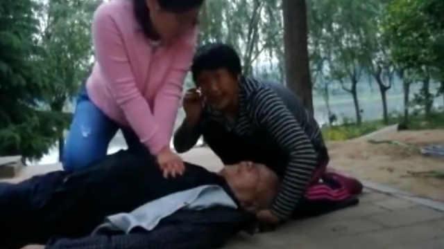 老人心脏骤停倒地,女护士跪地救人