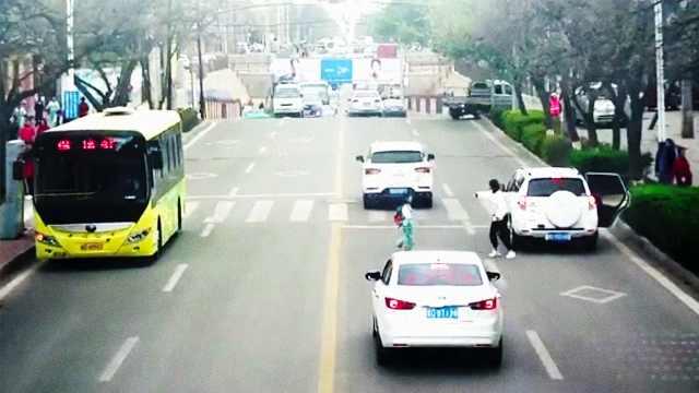 好危险!母亲让孩子车流中横穿马路