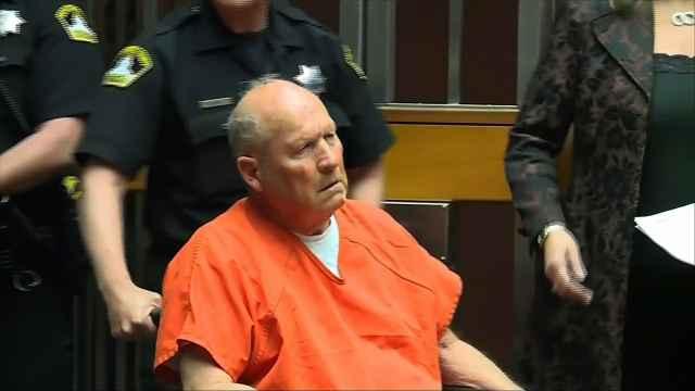 """72岁""""金州杀手""""坐轮椅出庭受审"""